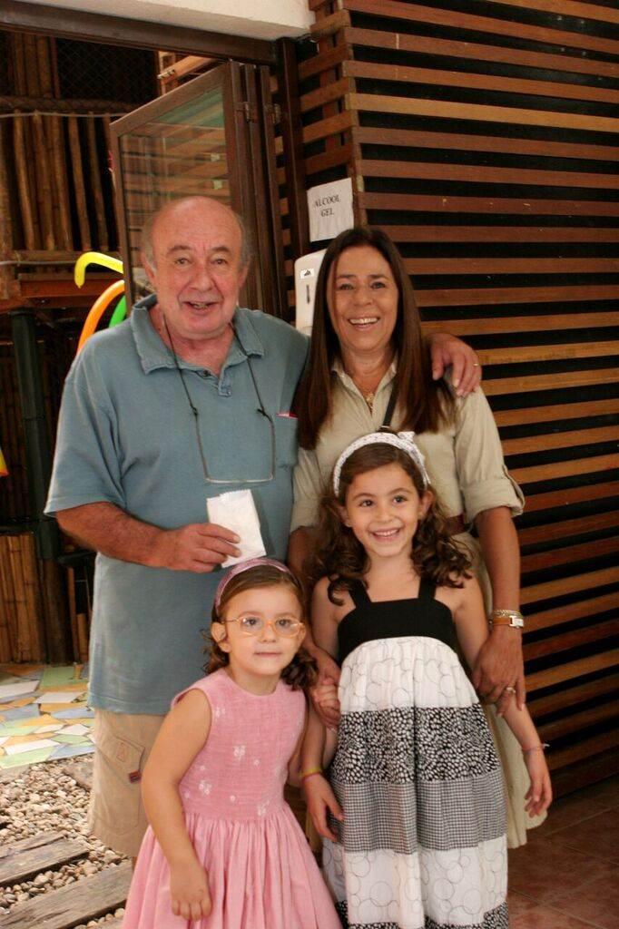 """Vovô Ricardo e vovó Mara com Laura e Bebel: """"aproveitar o tempo com os netos como não foi possível aproveitar com os filhos"""""""